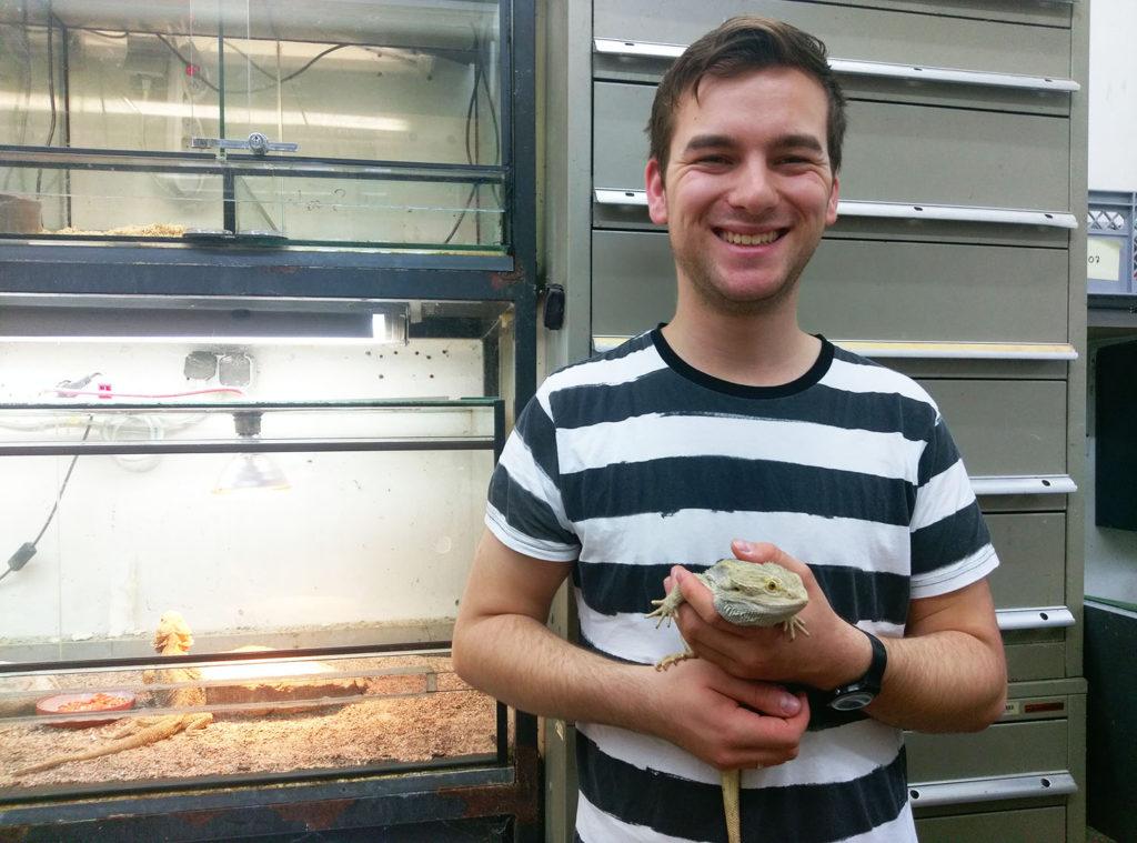 Tierpfleger Elias mit Bartagame