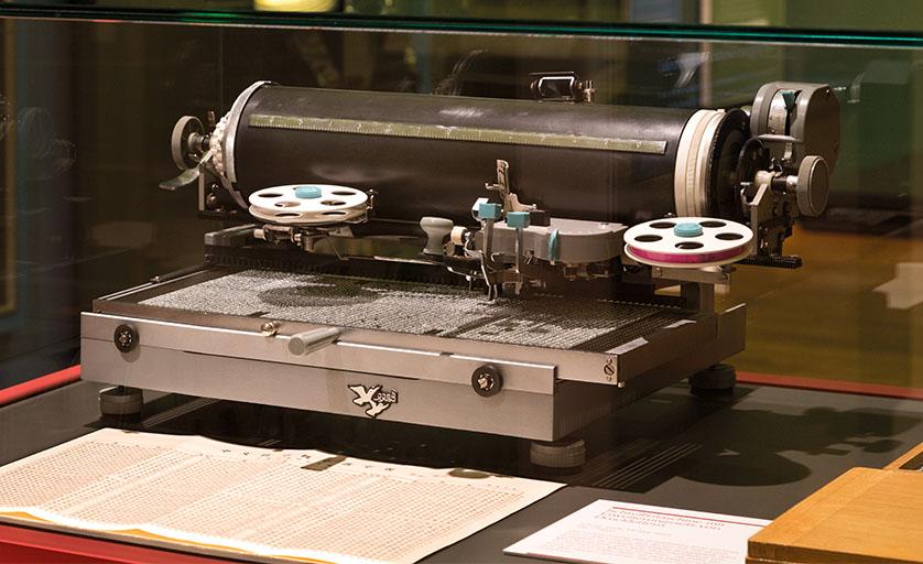 Der Lieferumfang dieser Schreibmaschine umfasst über 3000 Lettern, aus denen mit nur einem Hebelarm die jeweils benötigte ausgewählt wird. Mit Übung lässt sich eine Geschwindigkeit von 15 Zeichen pro Minute erreichen. Da jedes Zeichen für eine bedeutungstragende Silbe oder ein ganzes Wort steht, ist dies beinahe ebenso schnell wie das Tippen eines Textes in einer europäischen Sprache auf einer in Europa üblichen Schreibmaschine.